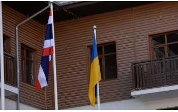 Как в олимпийской деревне украинский флаг поднимали